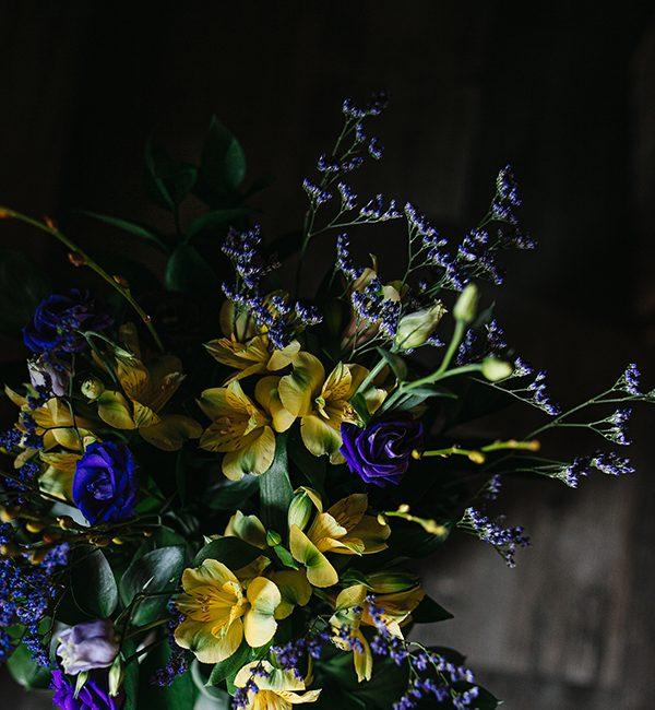 Bouquet de fleurs jaunes et mauves