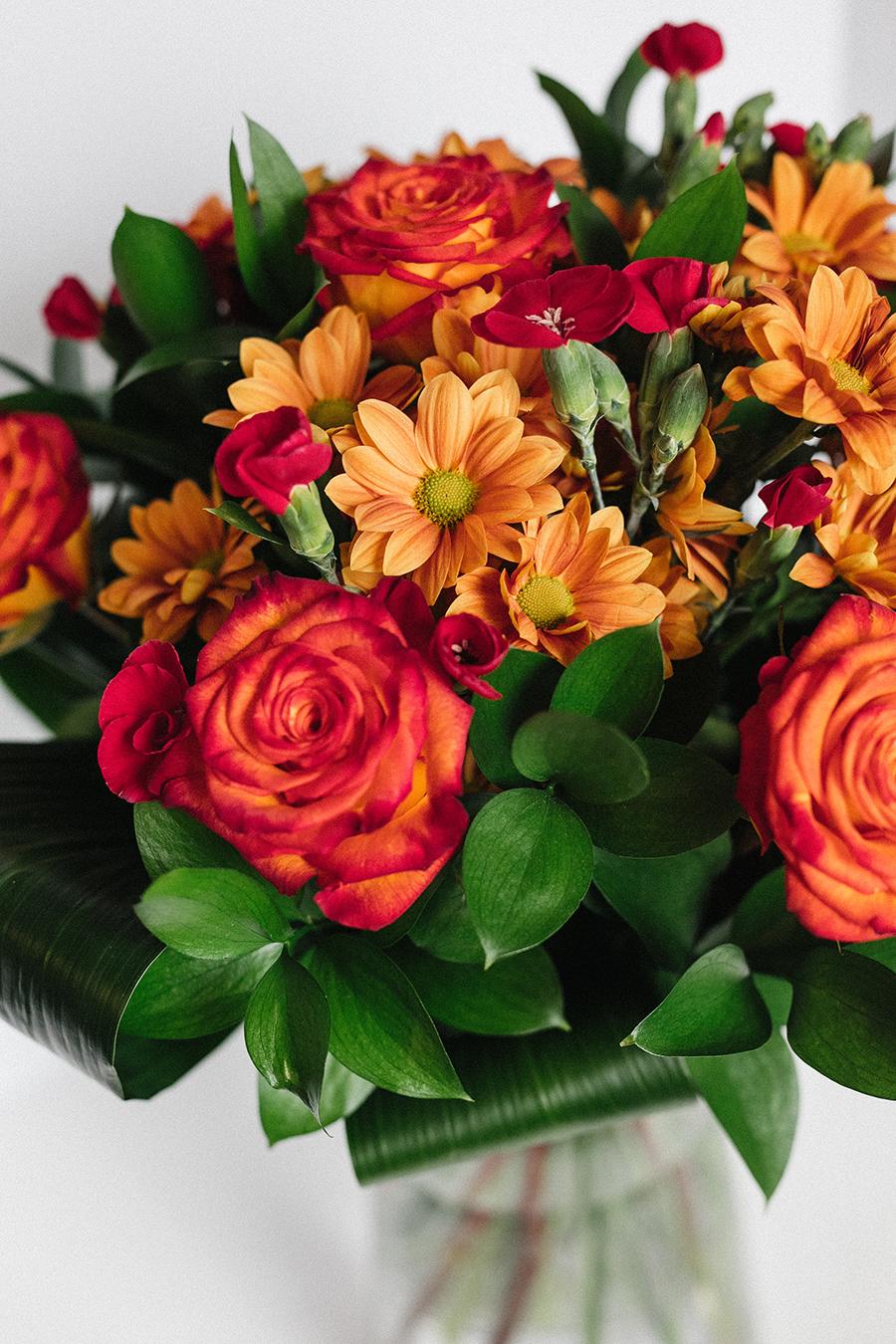 Bouquet de fleurs avec roses, marguerite et dianthus solomio