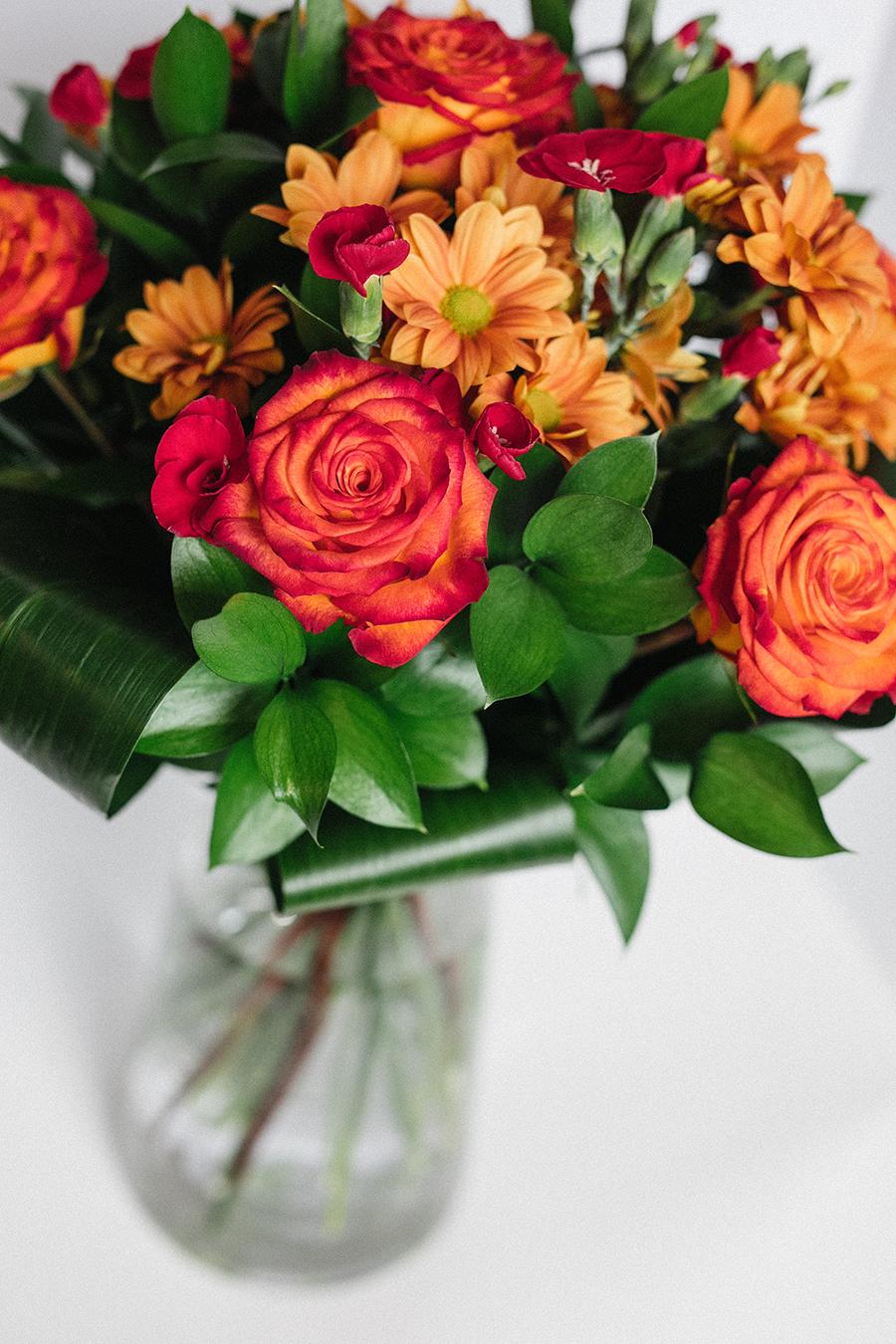 Bouquet de rose circus, dianthus, marguerite.